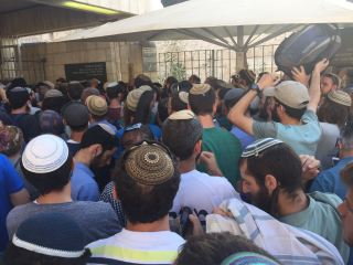Crowds of Jewish worshippers wait to go through security to enter Har Habayit